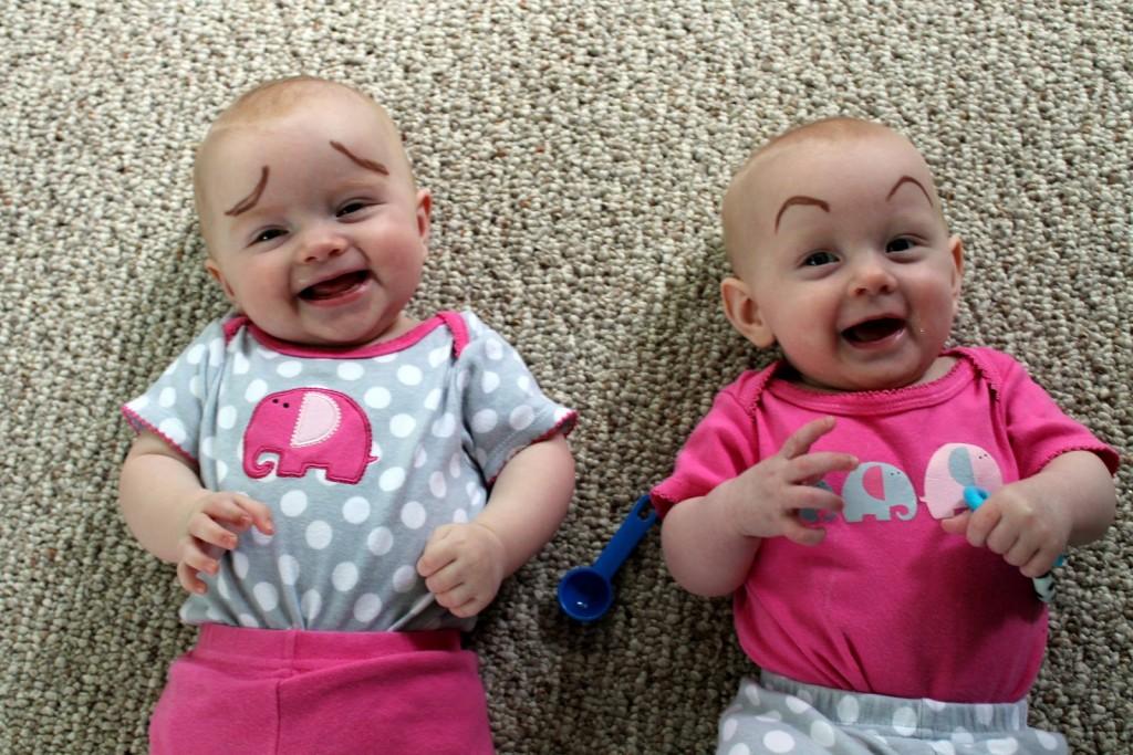 Estes bebês não parecem emoticons?