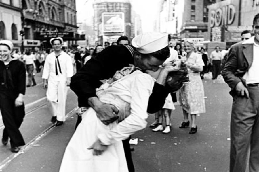 Quatro tipos de beijo e seus significados (Foto: reprodução de V-J Day in Times Square, de Alfred Eisenstaedt, de 1945)