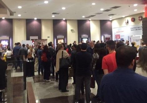 A fila estava grande e saiu para fora do complexo no Eldorado
