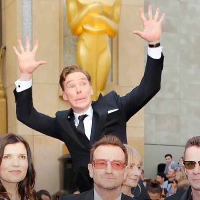 Benedict Cumberbatch aloprando atrás do Bono
