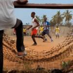 A bola levantando poeira em Benin, na oeste do continente africano (Crédito: Caio Vilela)