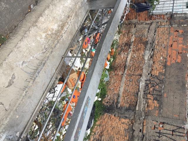Cestos de bikes do Itaú jiogados em trecho ao lado do elevado: banco removeu as peças na manhã desta segunda (Foto: joão Batista Jr.)