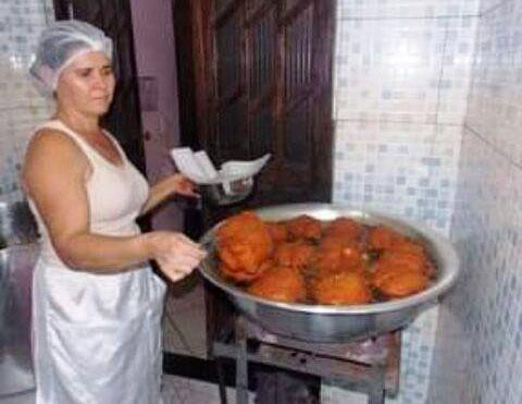 A baiana Regivalda Linhares, a Binha, fritando o super acarajé: com recheio, o bolinho chega a pesar um quilo (Foto: Divulgação)