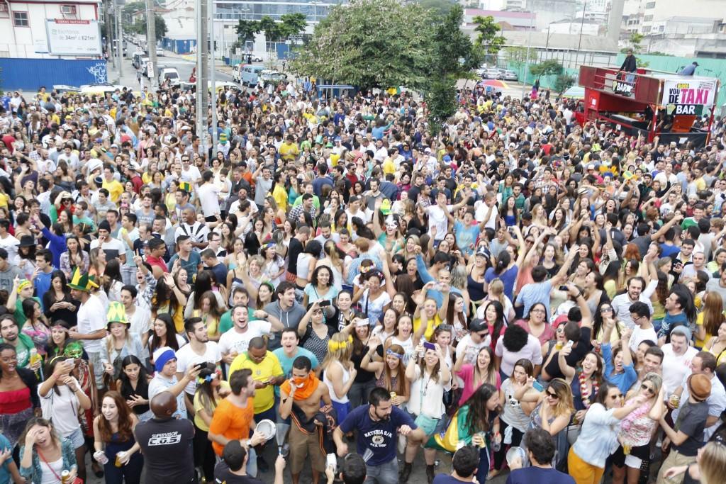 O Bloco Vou de Táxi, que relembra os sucessos dos anos 90, desfila no domingo (22) em Pinheiros (Foto: Reprodução)
