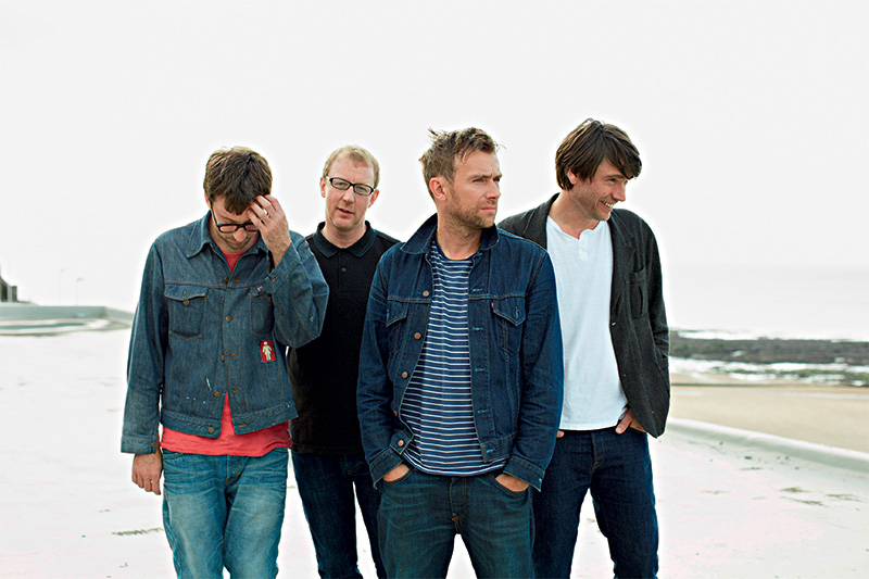Os ingleses do Blur: grupo não passa por aqui desde 1999, eles fecham o festival, no Palco Terra, começando o show às 21h30