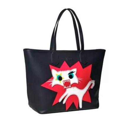 Bolsa inspirada em Choupette, a gata-celebridade de Lagerfel: acessóerios incluem capa para celular, mochila e chaveiro (Foto: Divulgação)