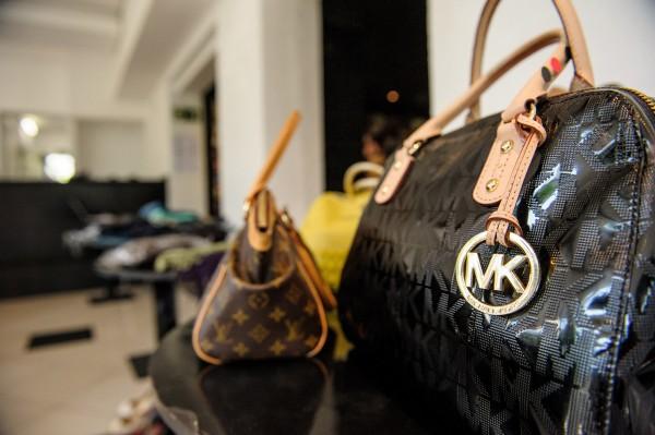 Bolsas da Michael Kors e Louis Vuitton (Fotos: divulgação)