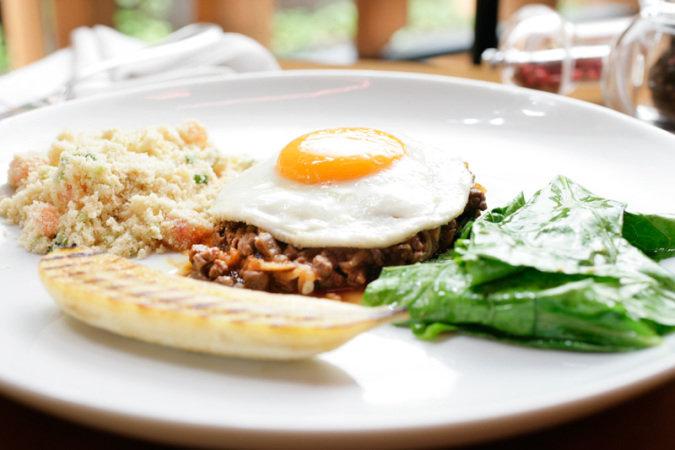 Carne de panela com ovo, banana e farofa: prato do almoço de quinta no Bossa (Foto: Mario Rodrigues)