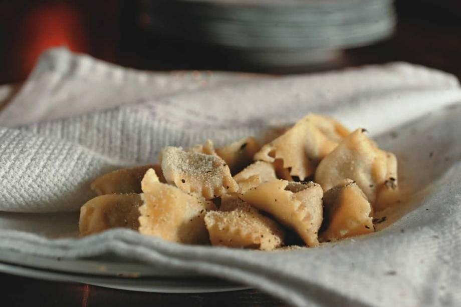 Atração da cozinha do Bottagallo: agnellotti envolto em guardanapo