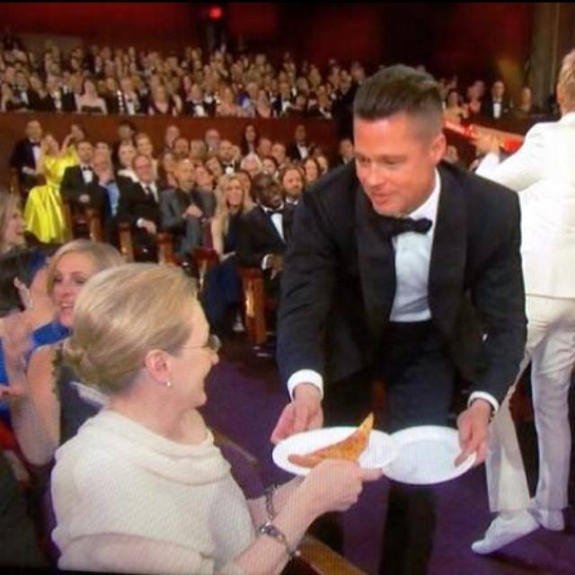 Brad Pitt servindo pizza para Meryl Streep