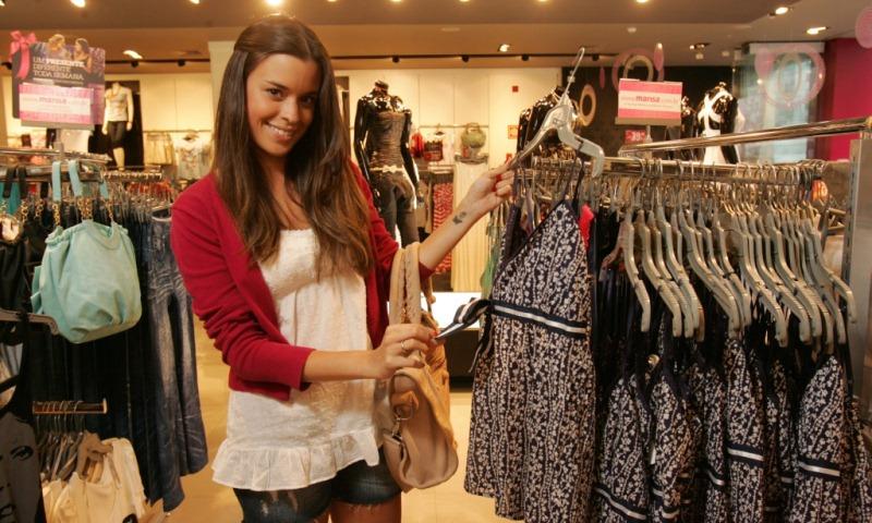 Bruna Ribeiro, blogueira de moda, escolhendo peças para compor um look de verão nas Lojas Marisa