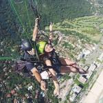 """No Rio de Janeiro, Bruna Marquezine voando de paraglider e o instrutor aproveitando para registrar o momento com a ajuda de um """"pau de selfie""""  (Reprodução/Instagram)"""