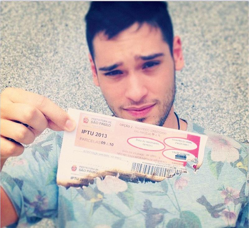Bruno Fagundes, ator, explicando por que postou no Instagram foto em que queima o carnê do imposto (foto: Bruno Fagundes / Divulgação)