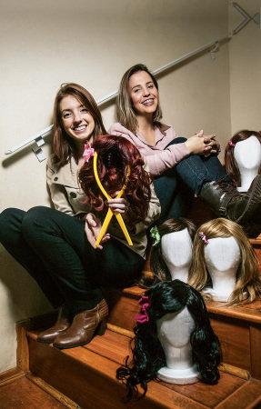 Mylene Duarte (à esq.) e Mariana Robrahn, criadoras do Cabelegria: projeto confecciona gratuitamente perucas para crianças com câncer (Foto: Lucas Lima)