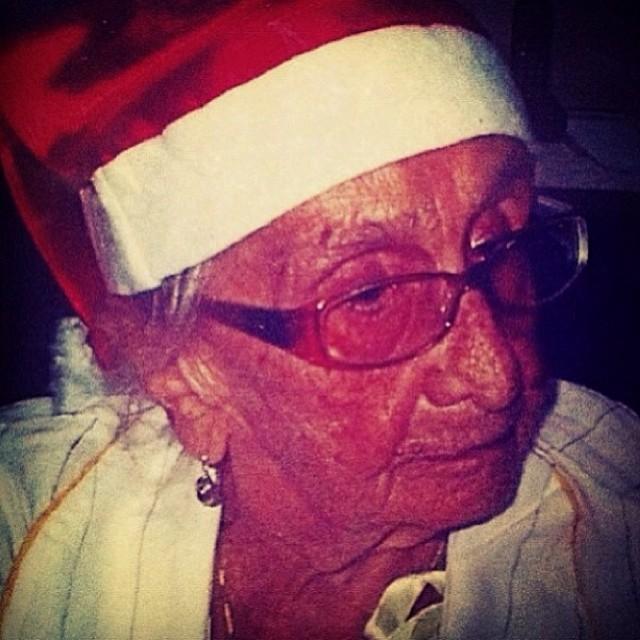 Saudoso da mãe, Caetano Veloso colocou uma foto de Dona Canô com gorro de Papai Noel