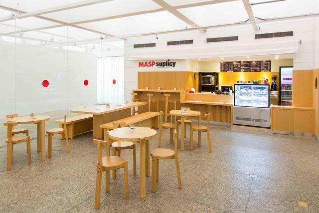 Café Suplicy no 1C subsolo do museu: mobiliário assinado por Lina Bo Bardi (Foto: Divulgação)