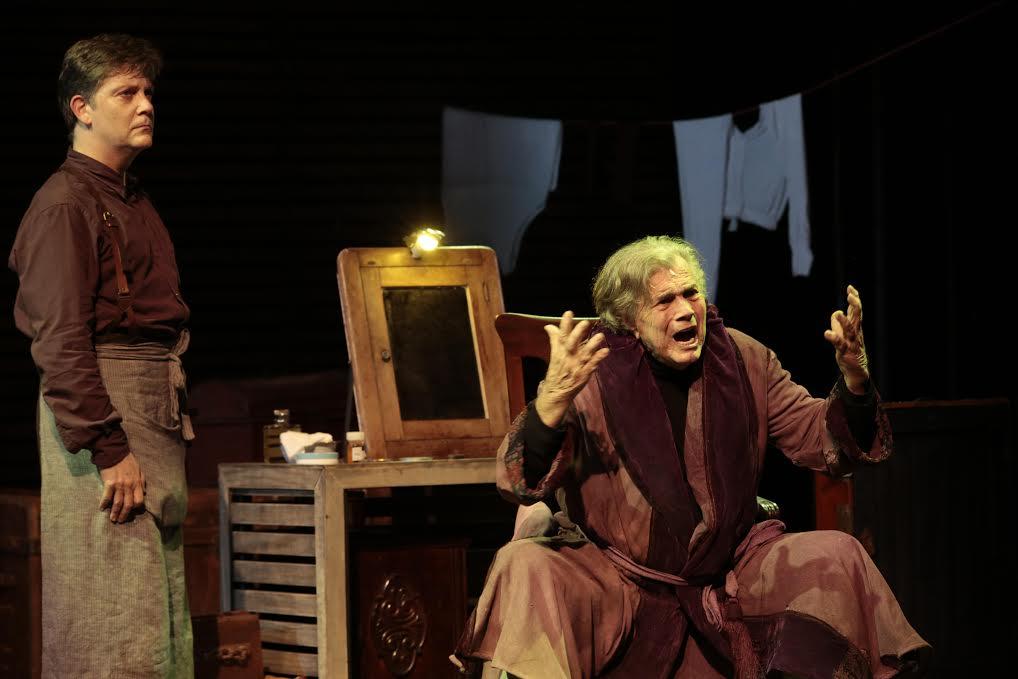 """""""O Camareiro"""": Tarcísio Meira e Kiko Mascarenhas no drama em cartaz no teatro Porto Seguro"""