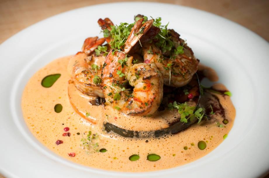Entre os pratos do dia, que privilegiam ingredientes da temporada, pode aparecer os camarões com duo de abóboras (preço é variável)