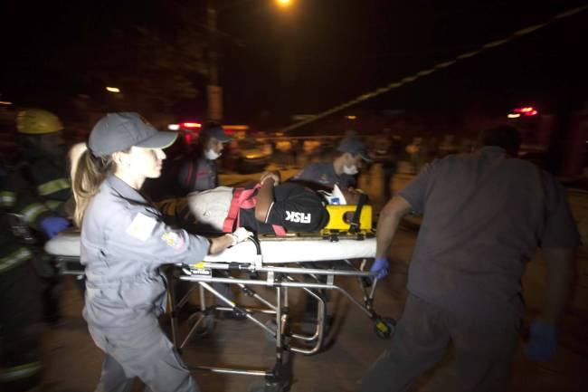 bombeiros atendem vítimas de caminhão desgovernado