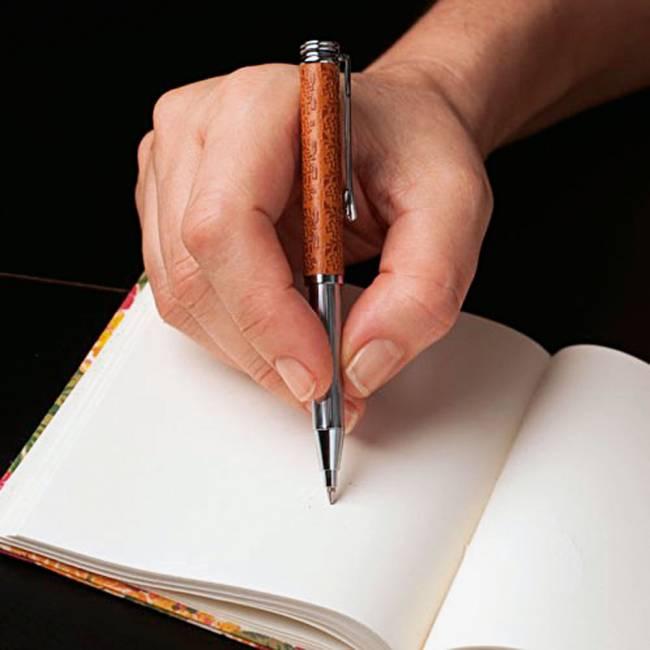 Caneta com couro desenhado (R$ 130,00) da Thaikesh (Foto: Divulgação)