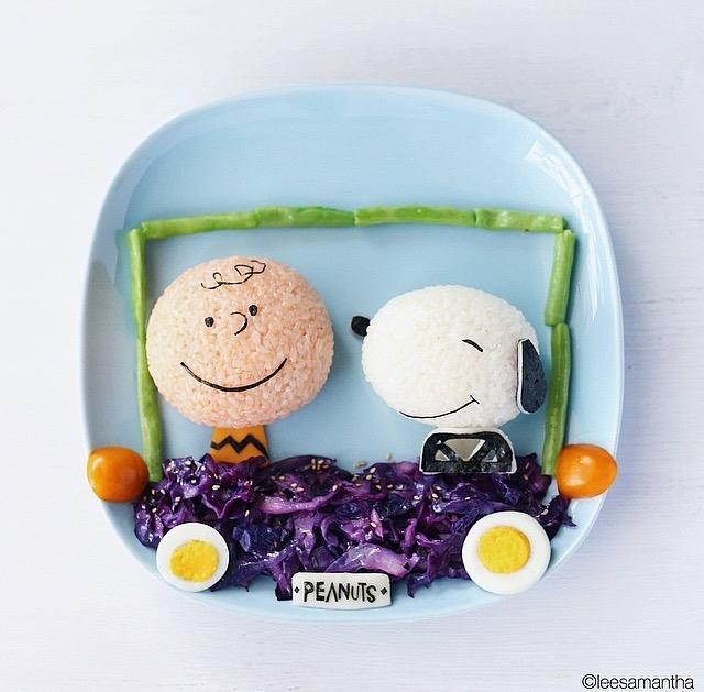 (a dupla clássica Charles M. Schulz, Snoopy e Charlie Brown, se transforma em vagem, arroz, ovo e repolho roxo vai pro prato na criação de Samantha Lee.  Foto: Reprodução/Instagram)