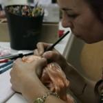 Carol Gold em ação com a sua Blythe: lápis, pincel e lixa (Foto: Veja São Paulo)