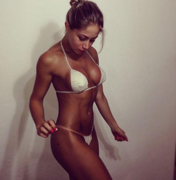 A ex-panicat Carol Narizinho: marquinha perfeita graças ao biquíni de esparadrapo (Foto: Reprodução/Instagram)