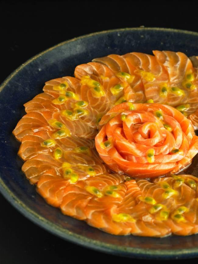 Carpaccio de salmão e maracujá do SassáSushi