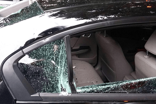 carro do uber depredado por taxistas