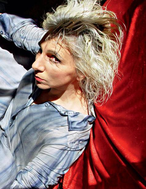 A atriz Denise Stoklos: um grande monólogo