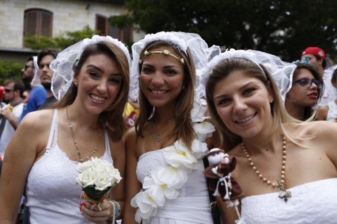 Santo Antônio também caiu na folia com as noivas (Foto: Ricardo D'Angelo/Veja SP)