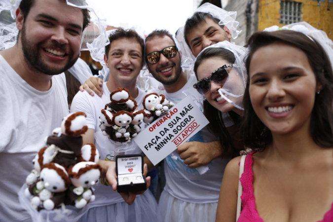 Foliões fizeram pedidos de casamento bem-humorados (Foto: Ricardo D'Angelo/Veja SP)