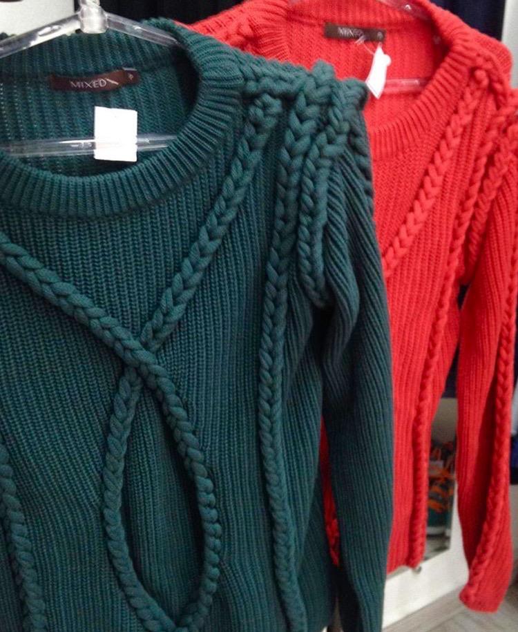 Blusa linha nas cores verde e vermelha, da Mixed, R$ 99, cada. (Foto: Reprodução/Instragram)