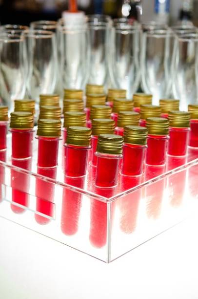 Drinques em tubo de ensaio. A Lukka fornece os tubinhos para o casal escolher a bebida. Este é vodka com cramberries