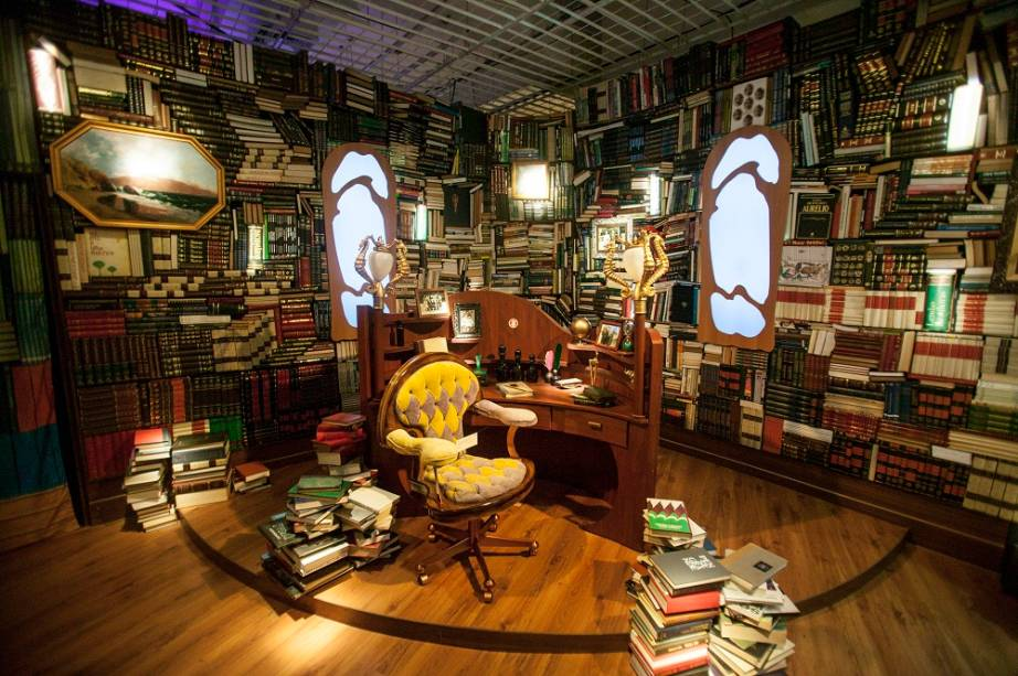 """A biblioteca também foi remontada na mostra. Nas paredes cobertas por livros, há quatro exemplares mágicos. Basta puxá-los para eles começarem """"a falar"""". Uma voz explica que um deles, por exemplo, é uma obra de feitiçaria"""