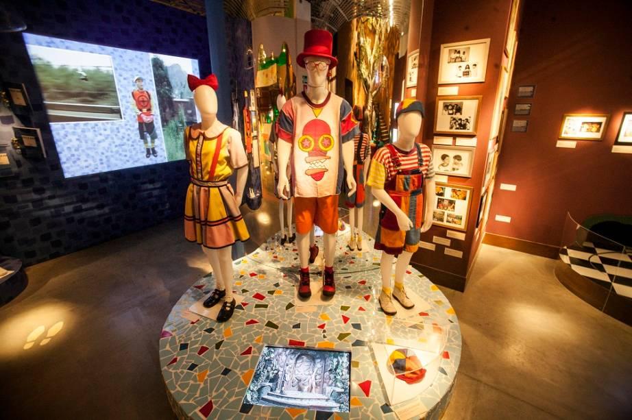 São exibidos figurinos originais usados pelo elenco, como as roupas de Biba), Pedro e Zequinha