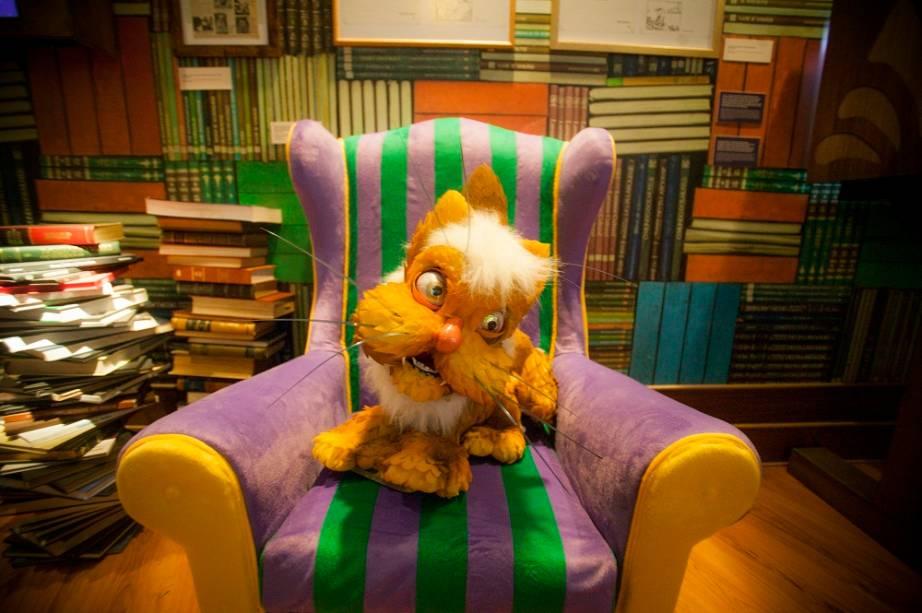 Nela fica o famoso gato. Apaixonado por literatura, ele chama atenção por viver estirado na poltrona