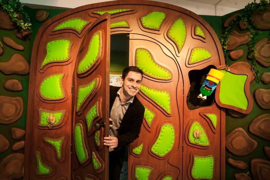 Logo na entrada de <em>Castelo Rá-Tim-Bum - A Exposição</em>, o porteiro recebe os visitantes, com o mesmo bordão que recebia as crianças no programa: Klift Kloft Still, a porta se abriu! Na foto, Luciano Amaral - ator que interpretava Pedro