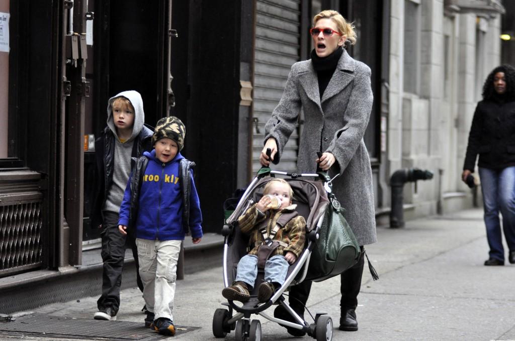 Vencedora de duas estatuetas do Oscar, Cate Blanchett leva o trio de filhos para a rua