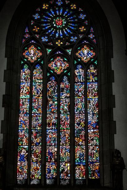 Um dos vitrais da lateral da Catedral da Sé