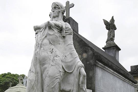 Cemitério do Araçá: esculturas com influências do catolicismo