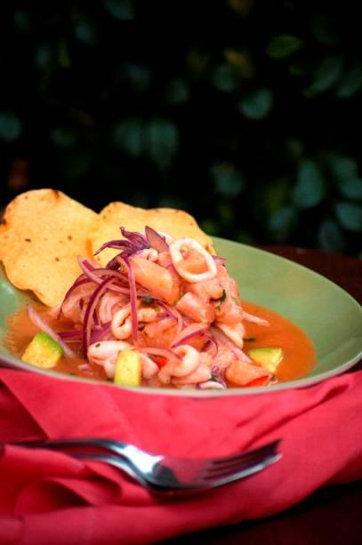 Suri: ceviche de peixe branco, camarão e lula com cubos de abacate
