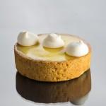 Torta de limão: massa de amêndoa e baunilha com creme de limão-sicilano aromatizado com manjericão e suspiros