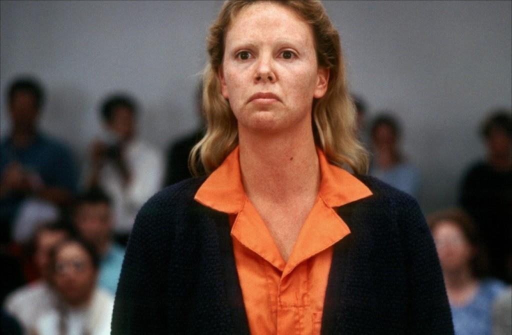 """Charlize Theron engordou 13 kg e raspou as sobrancelhas pra viver a serial killer Aileen Wuornos no filme """"Monster - Desejo Assassino (2003)."""