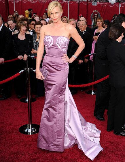 Charlize Vestido Dior em 2010 Charlize Theron (2010). Te amo Charlie! Mas pra você, nesse vestido, só tenho duas palavras: peitos de rosas. Que péssima idéia, hein Dior? E ela nem pode dar a desculpa da moda da época, porque fazem só 2 aninhos que ela fez essa péssima escolha. (Foto: Reprodução)