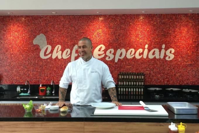 Fogaça: o cozinheiro participa da hamburgada do Chefs Especiais antes da final do MasterChef (Foto: Arnaldo Lorençato)