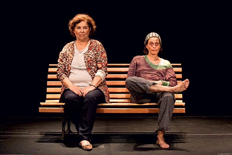 Encontro na praça: Claudia Mello e Denise Fraga interpretam uma solteirona e uma sem-teto na comédia Chorinho