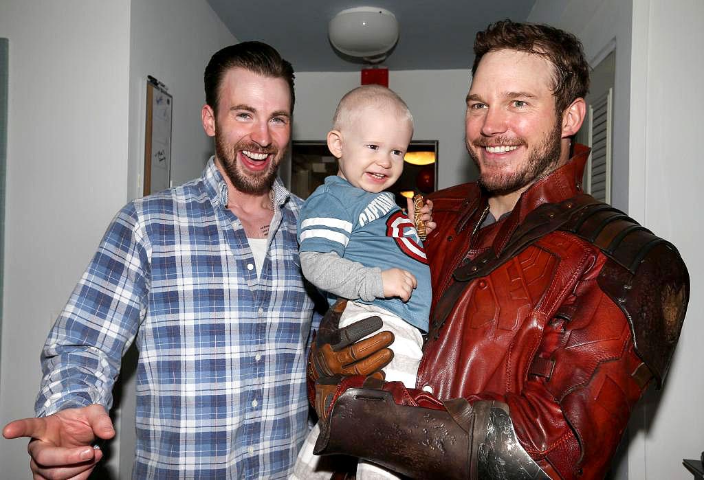 Chris Evans e Chris Pratt visitam criança com câncer, em Boston