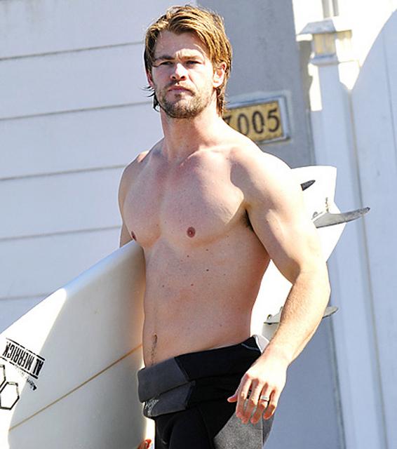 Pronto para surfar: Chris mostra o corpão e aparece de barba
