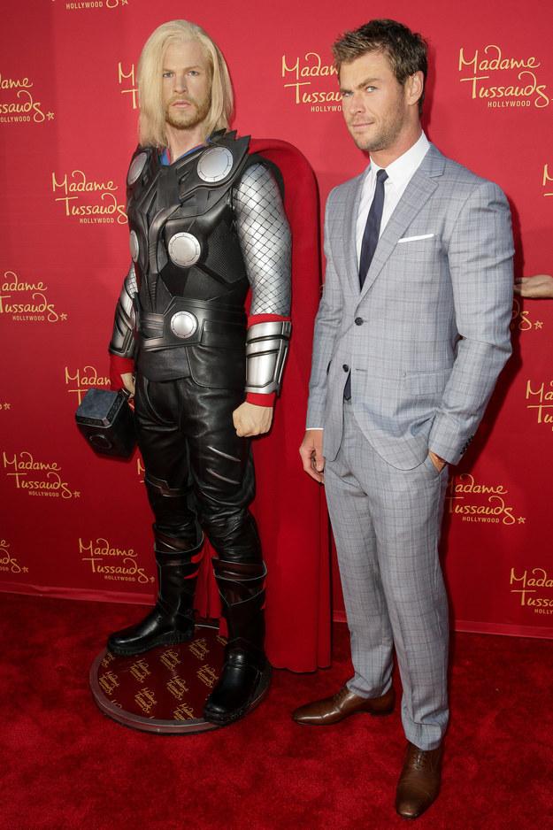 Posando ao lado da réplica de Thor, o personagem que o tornou famoso